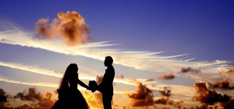 Un cuplu și-a continuat nunta în timp ce un vulcan erupea