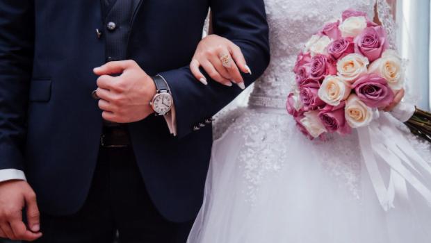 Costume de nuntă și cămăși albe la modă